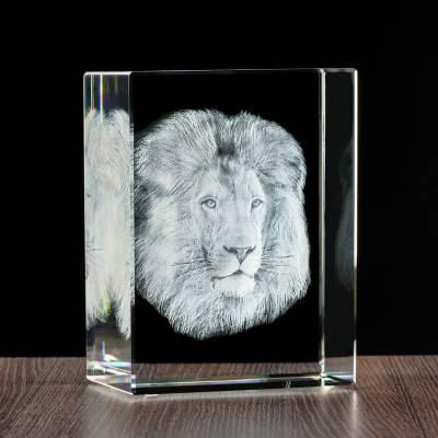 Lew 3D w szklanej statuetce