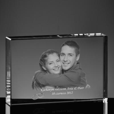 Zdjęcie pary w szklanej statuetce