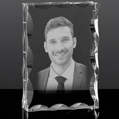 Popiersie 3D wygrawerowane w kryształowej statuetce