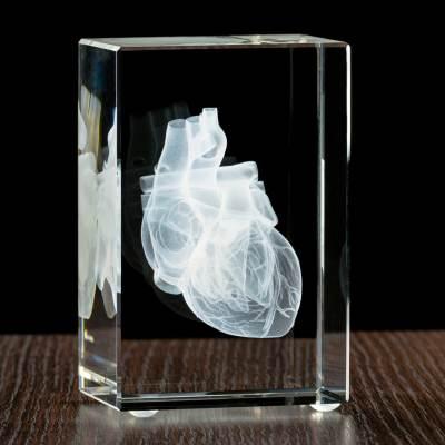 Model serca wygrawewany w statuetce, prezent dla lekarza