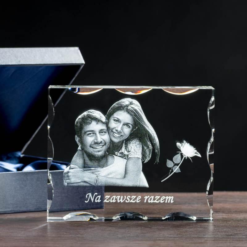 Zakochana para wygrawerowana w krysztale z dodatkiem róży