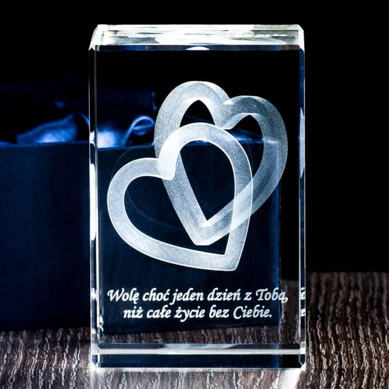 Grafika splecionych serc 3D wygrawerowana w krysztale