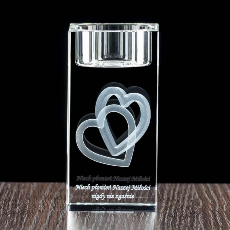 Grafika splecionych serc 3D wygrawerowana w świeczniku