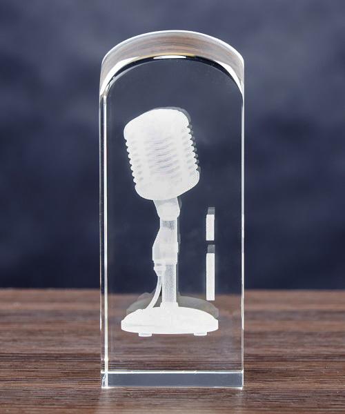 Mikrofon 3D wygraweroany w szklanej statuetce