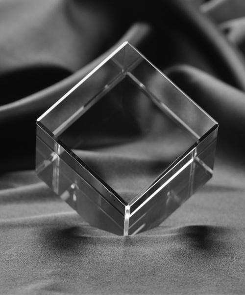 Kryształ w kształcie szescianu ze ściętym bokiem